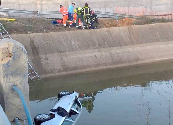 Rescate con gran riesgo en el río Guadalquivir por parte de dos policías. Serán condecorados por la Gran Cruz Azul de Emergencias.